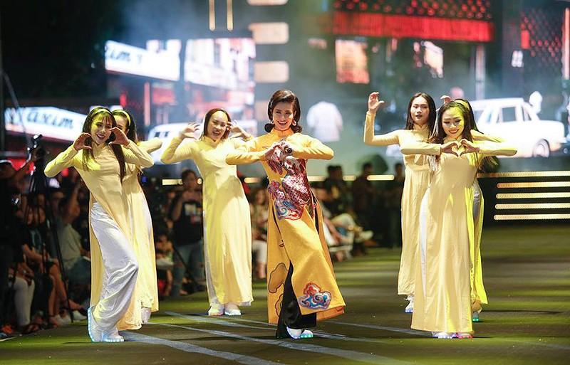 Nghệ sĩ Thành Lộc, Đông Nhi diễn thời trang ở phố đi bộ - ảnh 1