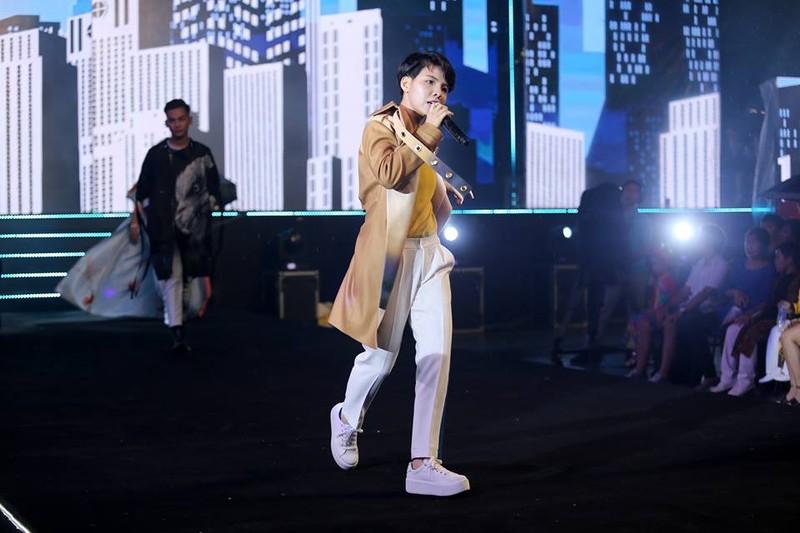 Nghệ sĩ Thành Lộc, Đông Nhi diễn thời trang ở phố đi bộ - ảnh 5