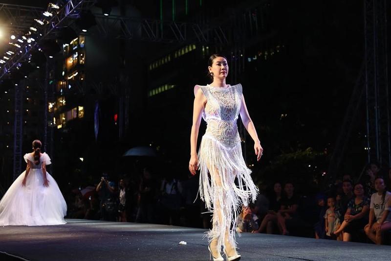 Nghệ sĩ Thành Lộc, Đông Nhi diễn thời trang ở phố đi bộ - ảnh 6