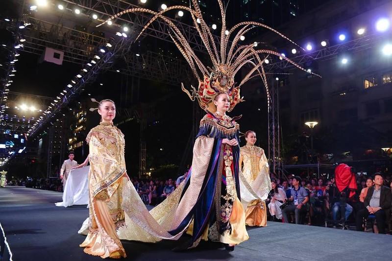 Nghệ sĩ Thành Lộc, Đông Nhi diễn thời trang ở phố đi bộ - ảnh 7