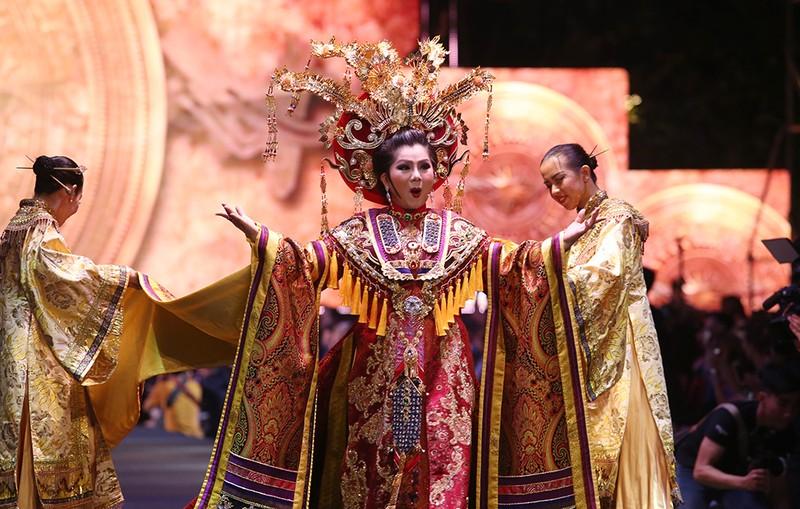 Nghệ sĩ Thành Lộc, Đông Nhi diễn thời trang ở phố đi bộ - ảnh 8