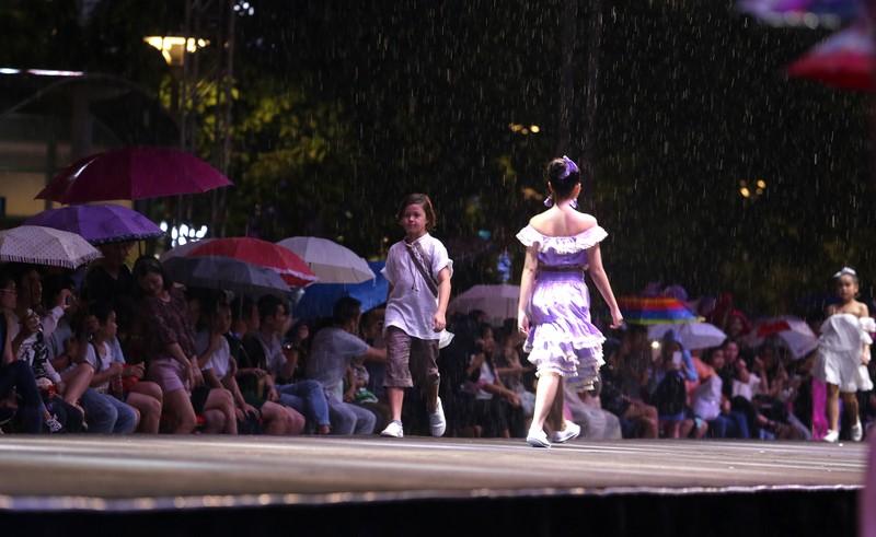Đội mưa xem thời trang trên phố đi bộ Nguyễn Huệ - ảnh 11