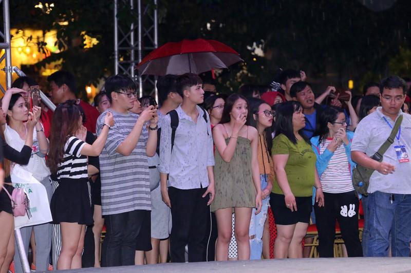 Đội mưa xem thời trang trên phố đi bộ Nguyễn Huệ - ảnh 12