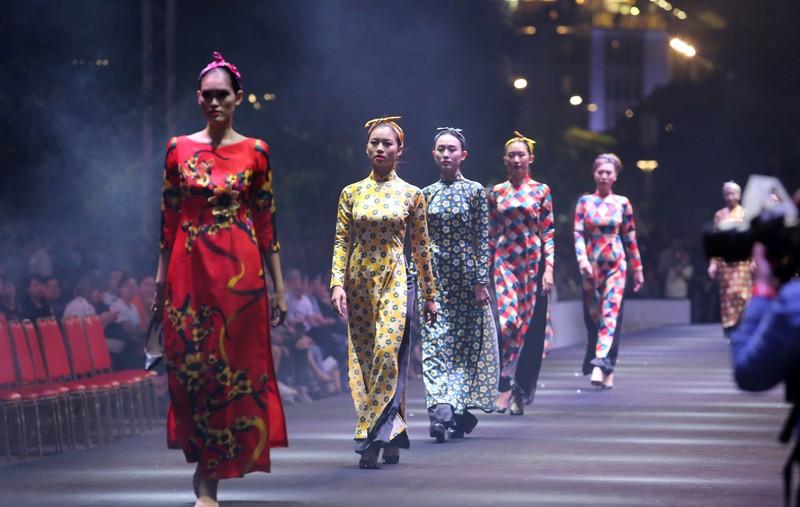 Đội mưa xem thời trang trên phố đi bộ Nguyễn Huệ - ảnh 1