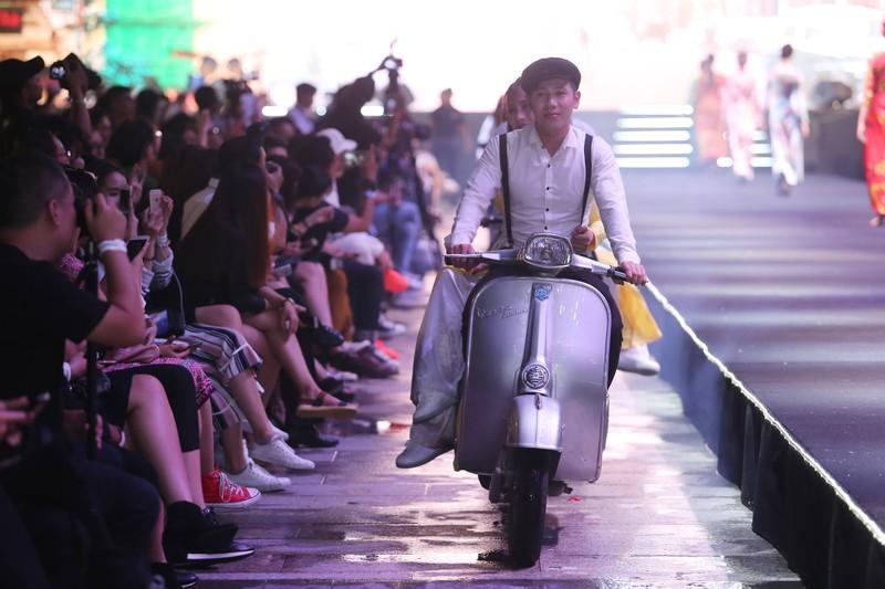 Đội mưa xem thời trang trên phố đi bộ Nguyễn Huệ - ảnh 5