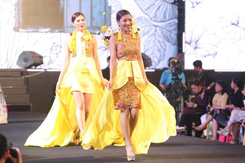 Đội mưa xem thời trang trên phố đi bộ Nguyễn Huệ - ảnh 6