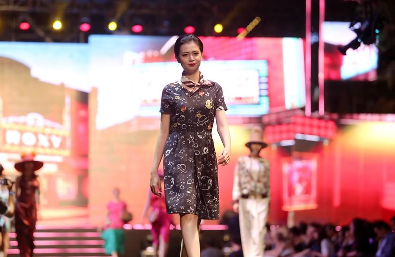 Đội mưa xem thời trang trên phố đi bộ Nguyễn Huệ - ảnh 8