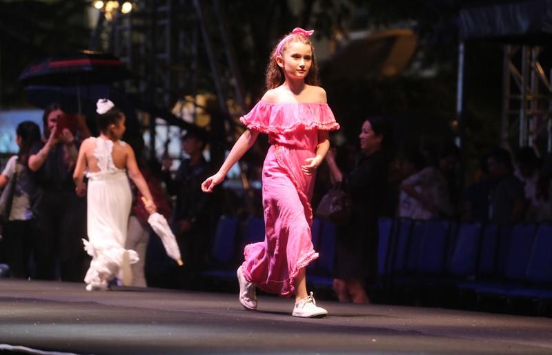 Đội mưa xem thời trang trên phố đi bộ Nguyễn Huệ - ảnh 9