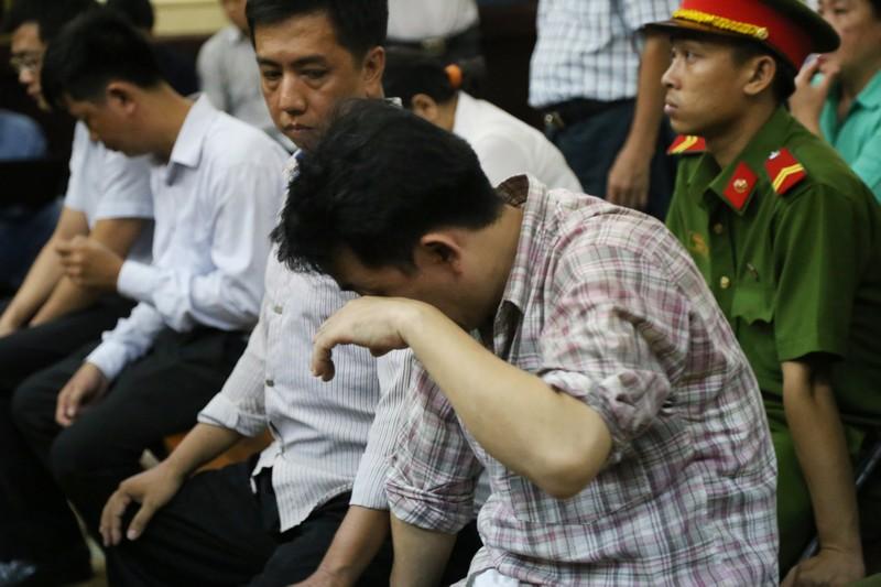 Nguyễn Minh Hùng từ thẫn thờ đến khóc ngất tại tòa - ảnh 10