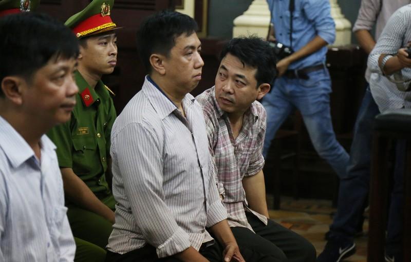 Nguyễn Minh Hùng từ thẫn thờ đến khóc ngất tại tòa - ảnh 3
