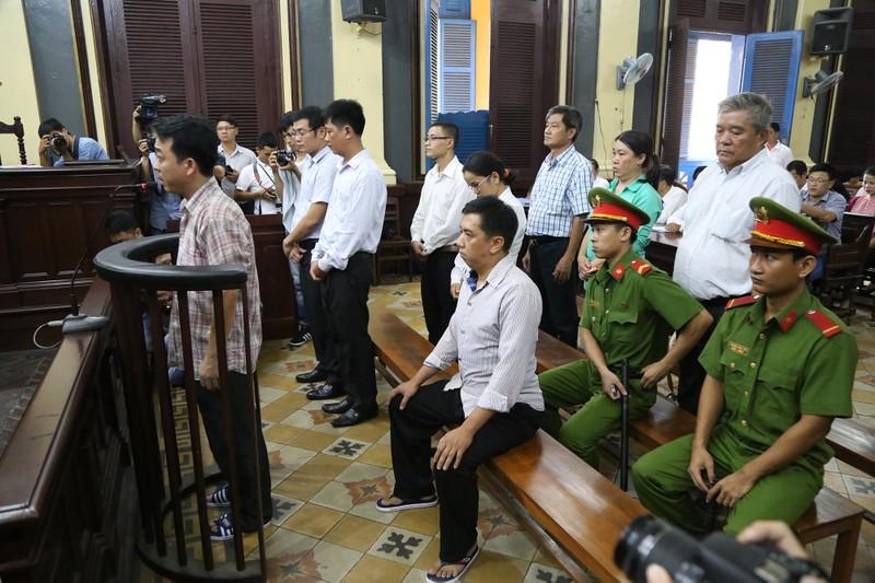 Nguyễn Minh Hùng từ thẫn thờ đến khóc ngất tại tòa - ảnh 7