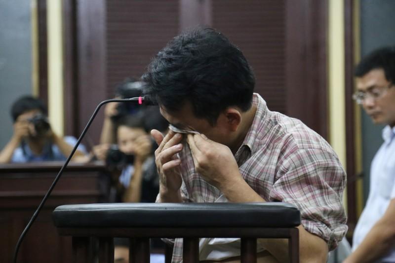 Nguyễn Minh Hùng từ thẫn thờ đến khóc ngất tại tòa - ảnh 9