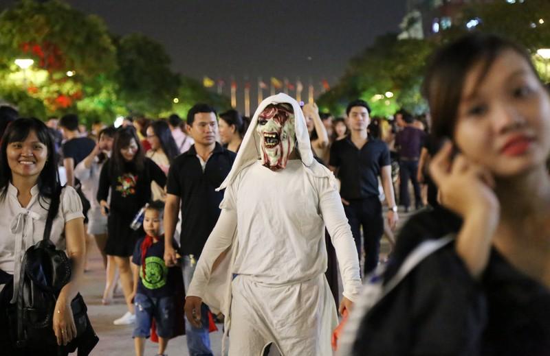 'Đội quân ma' đổ bộ phố Nguyễn Huệ  - ảnh 9