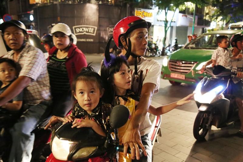 'Đội quân ma' đổ bộ phố Nguyễn Huệ  - ảnh 1