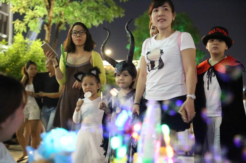 'Đội quân ma' đổ bộ phố Nguyễn Huệ  - ảnh 6