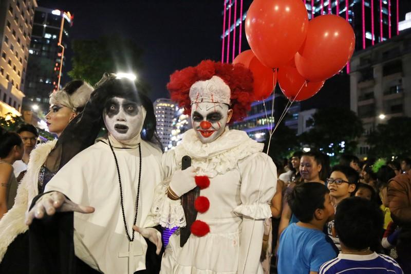 'Đội quân ma' đổ bộ phố Nguyễn Huệ  - ảnh 4