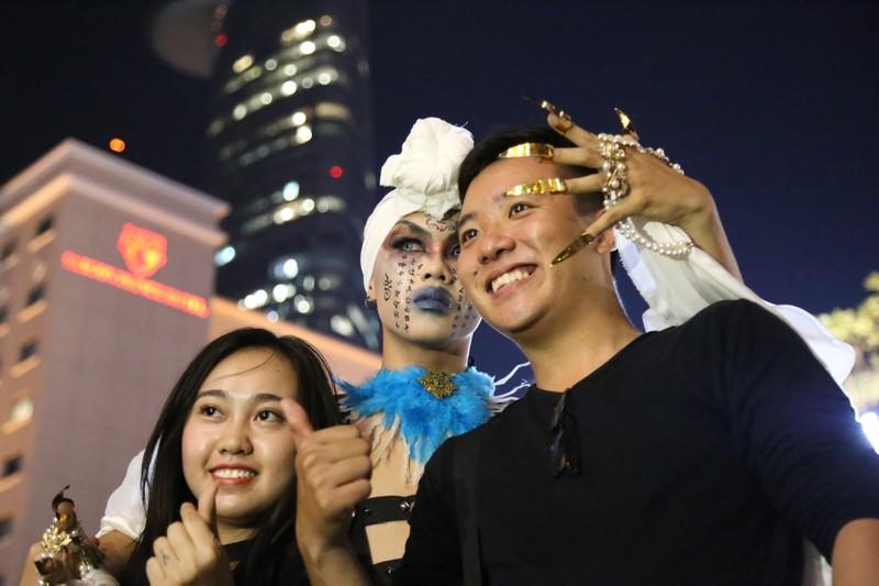 'Đội quân ma' đổ bộ phố Nguyễn Huệ  - ảnh 7