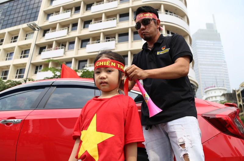 TP.HCM ngập tràn sắc đỏ, cổ vũ U-23 Việt Nam - ảnh 10