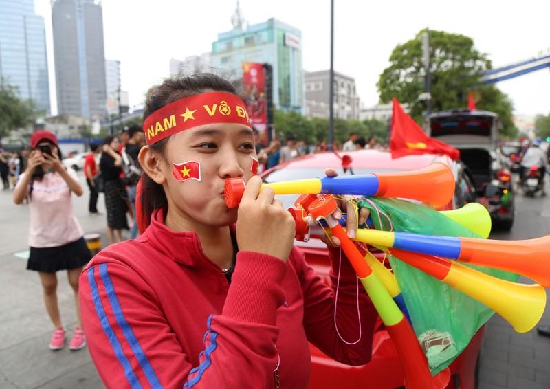 TP.HCM ngập tràn sắc đỏ, cổ vũ U-23 Việt Nam - ảnh 17