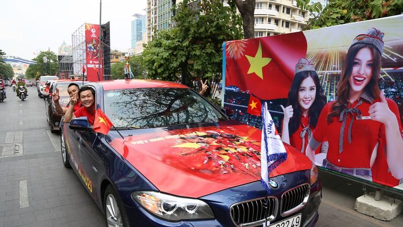 TP.HCM ngập tràn sắc đỏ, cổ vũ U-23 Việt Nam - ảnh 1