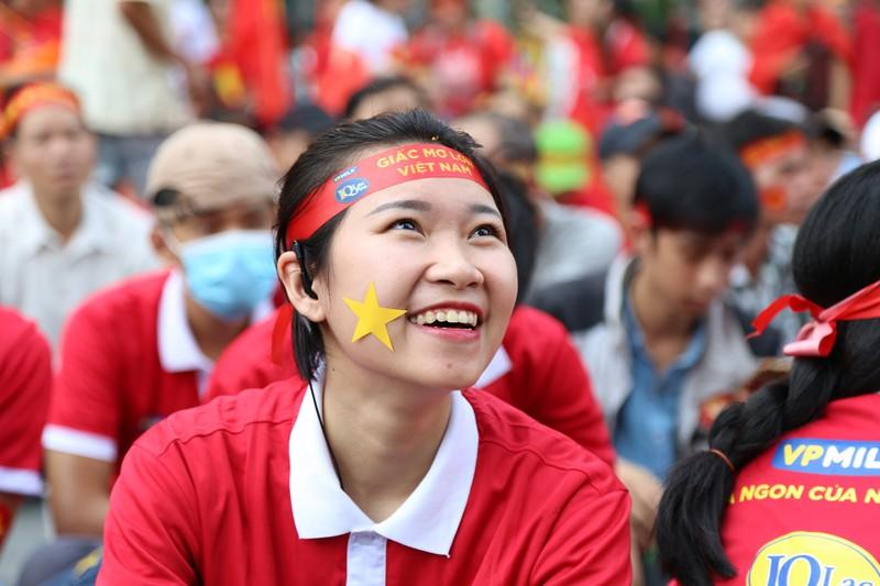 Ngắm những bóng hồng xinh đẹp tiếp lửa cho U23 Việt Nam - ảnh 10