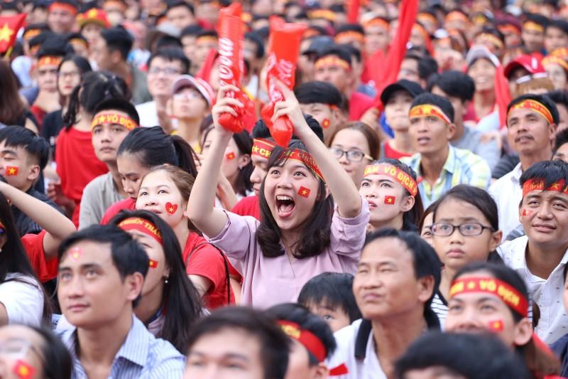 Ngắm những bóng hồng xinh đẹp tiếp lửa cho U23 Việt Nam - ảnh 11