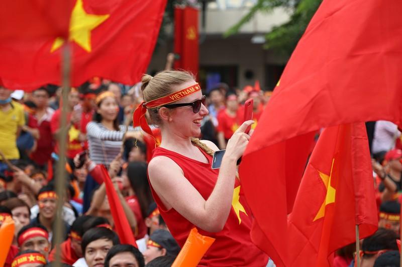 Ngắm những bóng hồng xinh đẹp tiếp lửa cho U23 Việt Nam - ảnh 12