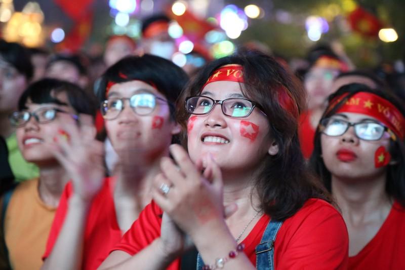 Ngắm những bóng hồng xinh đẹp tiếp lửa cho U23 Việt Nam - ảnh 13