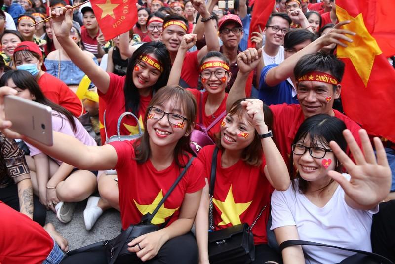 Ngắm những bóng hồng xinh đẹp tiếp lửa cho U23 Việt Nam - ảnh 14