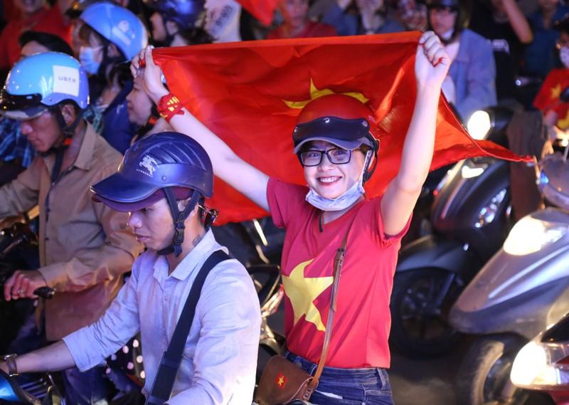 Ngắm những bóng hồng xinh đẹp tiếp lửa cho U23 Việt Nam - ảnh 15