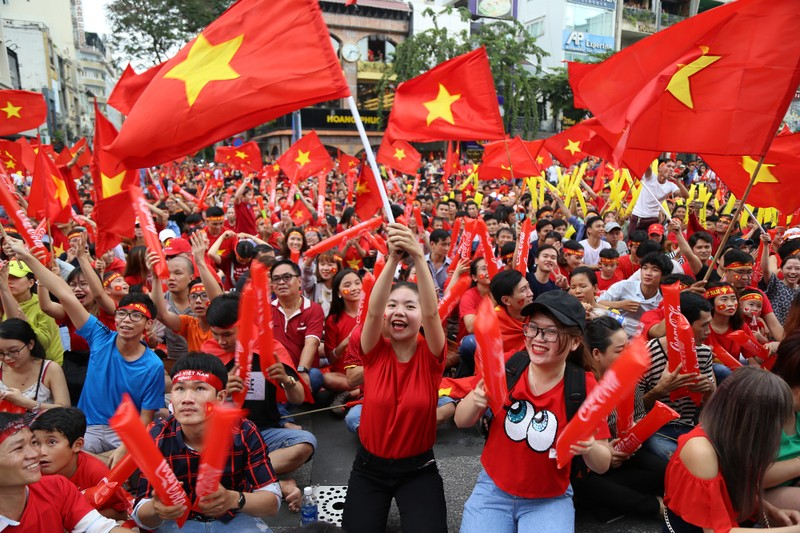 Ngắm những bóng hồng xinh đẹp tiếp lửa cho U23 Việt Nam - ảnh 1