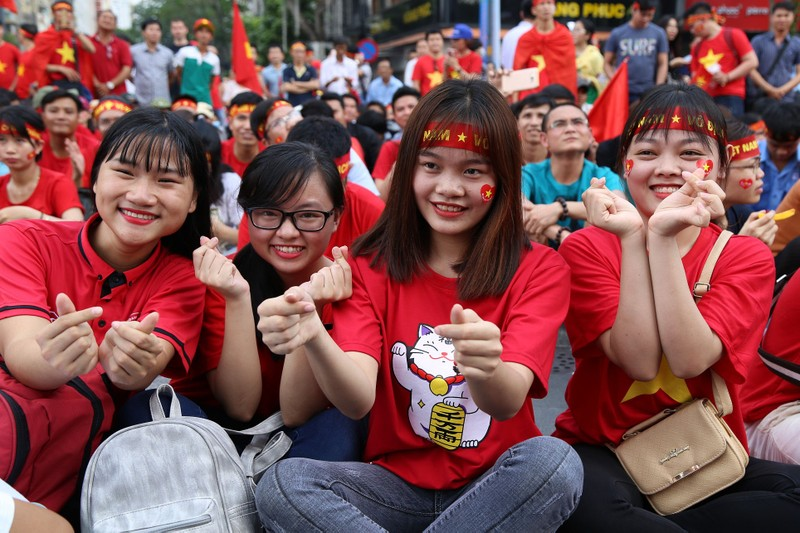 Ngắm những bóng hồng xinh đẹp tiếp lửa cho U23 Việt Nam - ảnh 2