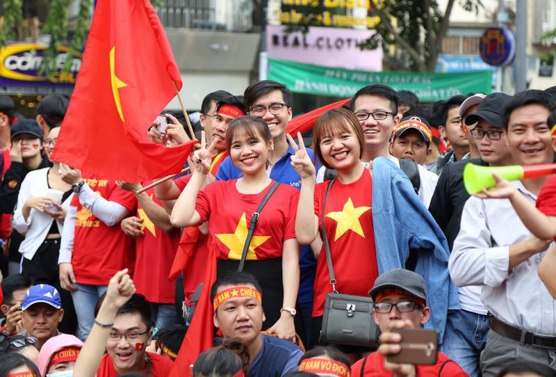Ngắm những bóng hồng xinh đẹp tiếp lửa cho U23 Việt Nam - ảnh 4