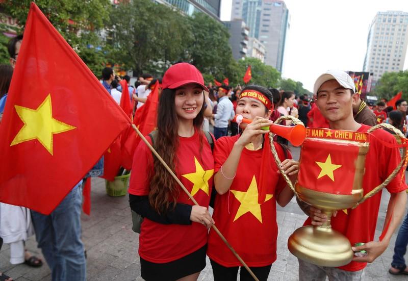 Ngắm những bóng hồng xinh đẹp tiếp lửa cho U23 Việt Nam - ảnh 5