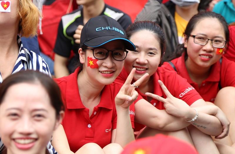 Ngắm những bóng hồng xinh đẹp tiếp lửa cho U23 Việt Nam - ảnh 6