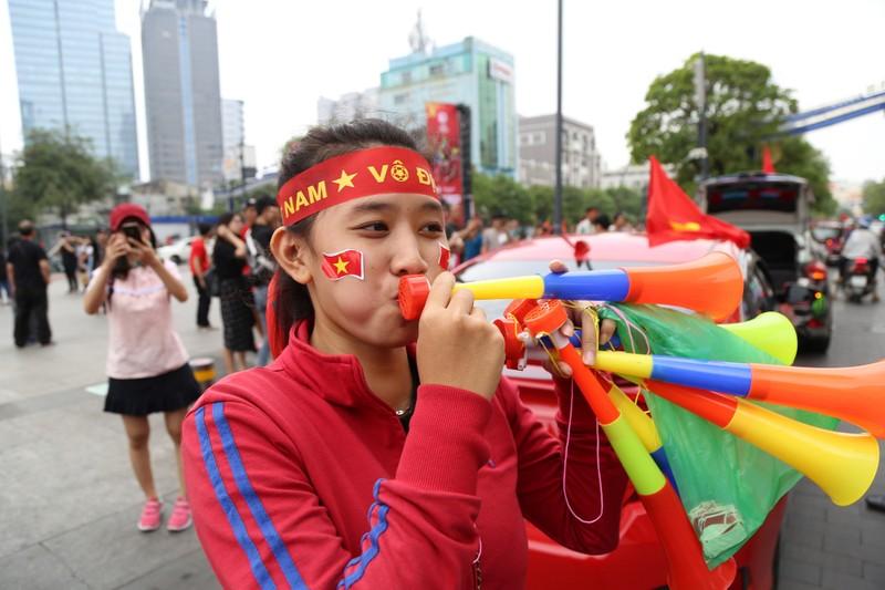 Ngắm những bóng hồng xinh đẹp tiếp lửa cho U23 Việt Nam - ảnh 7