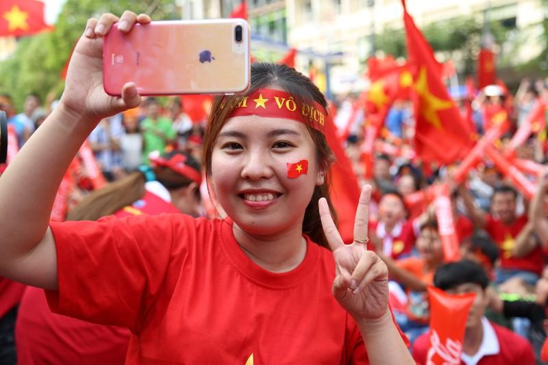 Ngắm những bóng hồng xinh đẹp tiếp lửa cho U23 Việt Nam - ảnh 8