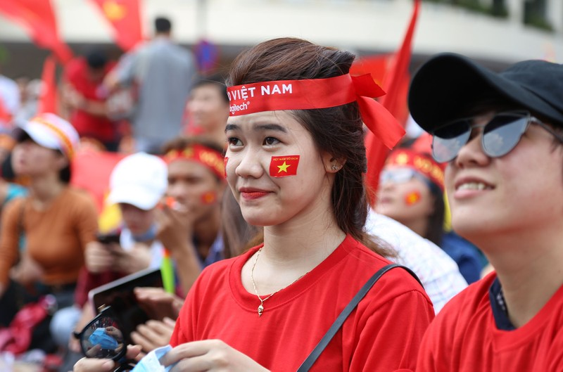 Ngắm những bóng hồng xinh đẹp tiếp lửa cho U23 Việt Nam - ảnh 9
