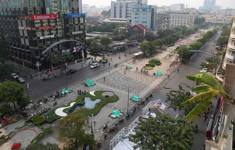 Cận cảnh đường hoa Nguyễn Huệ trước ngày khai mạc - ảnh 1