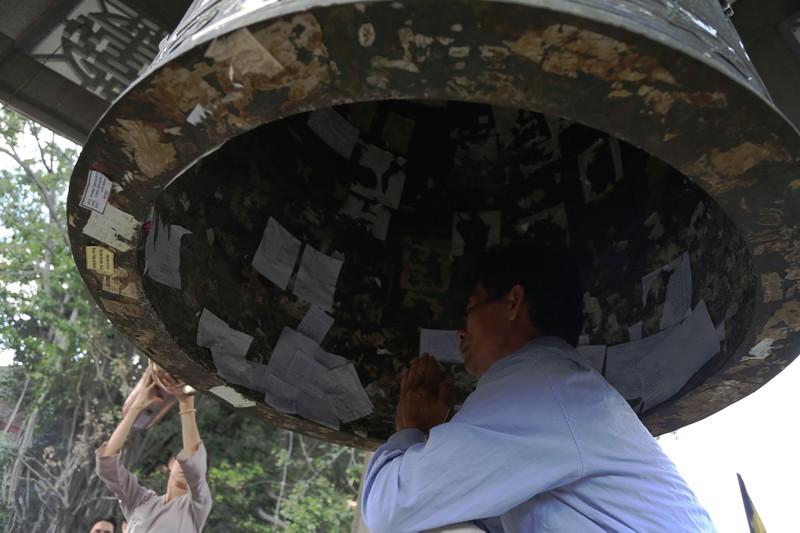 Dân Sài Gòn xếp hàng gõ chuông chùa rằm tháng Giêng - ảnh 10