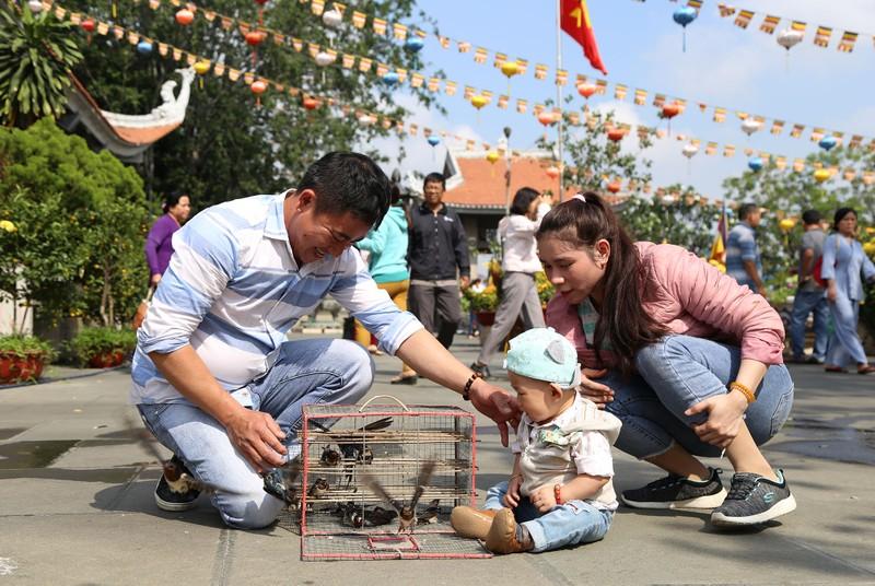 Dân Sài Gòn xếp hàng gõ chuông chùa rằm tháng Giêng - ảnh 11