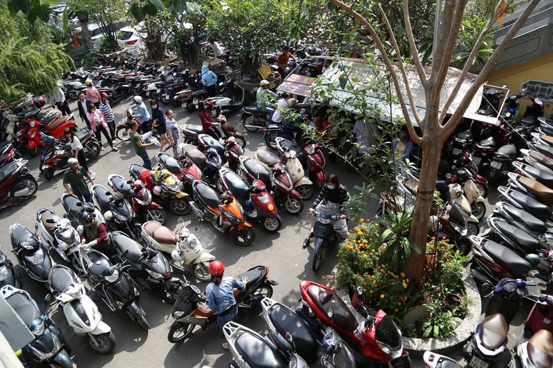 Dân Sài Gòn xếp hàng gõ chuông chùa rằm tháng Giêng - ảnh 12
