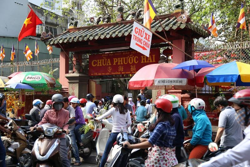 Dân Sài Gòn xếp hàng gõ chuông chùa rằm tháng Giêng - ảnh 13