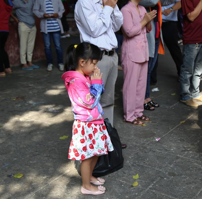 Dân Sài Gòn xếp hàng gõ chuông chùa rằm tháng Giêng - ảnh 15