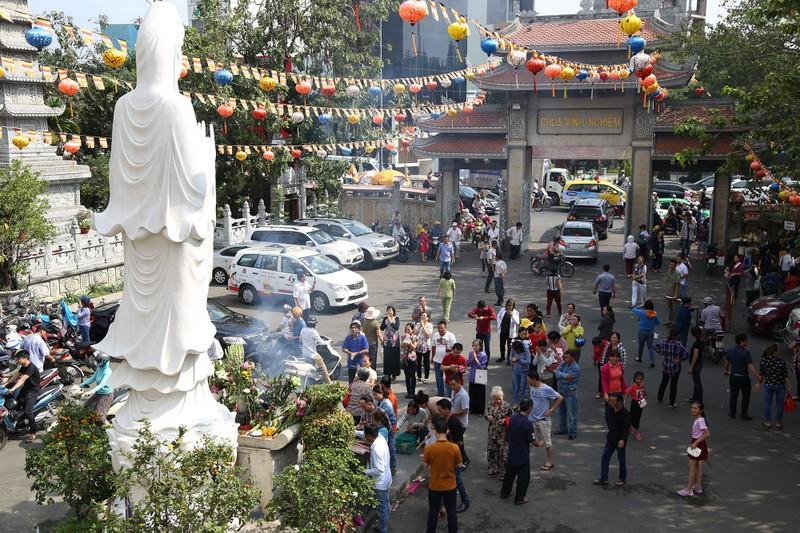 Dân Sài Gòn xếp hàng gõ chuông chùa rằm tháng Giêng - ảnh 1