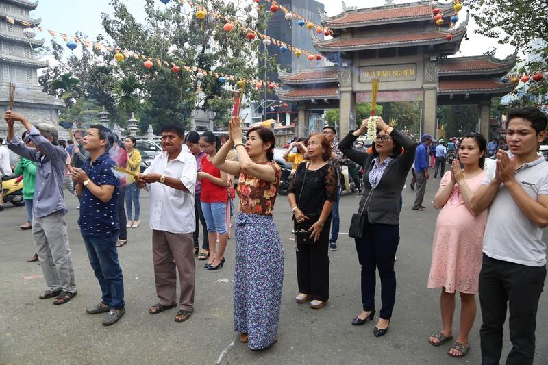 Dân Sài Gòn xếp hàng gõ chuông chùa rằm tháng Giêng - ảnh 2