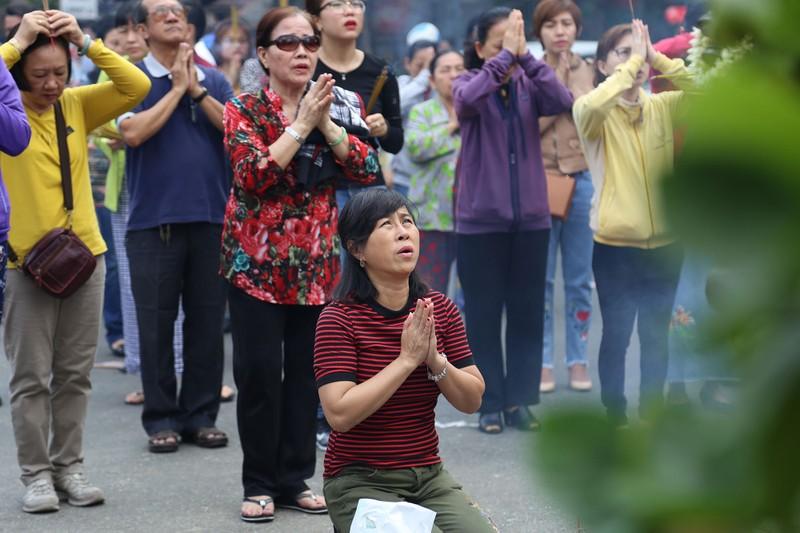 Dân Sài Gòn xếp hàng gõ chuông chùa rằm tháng Giêng - ảnh 3