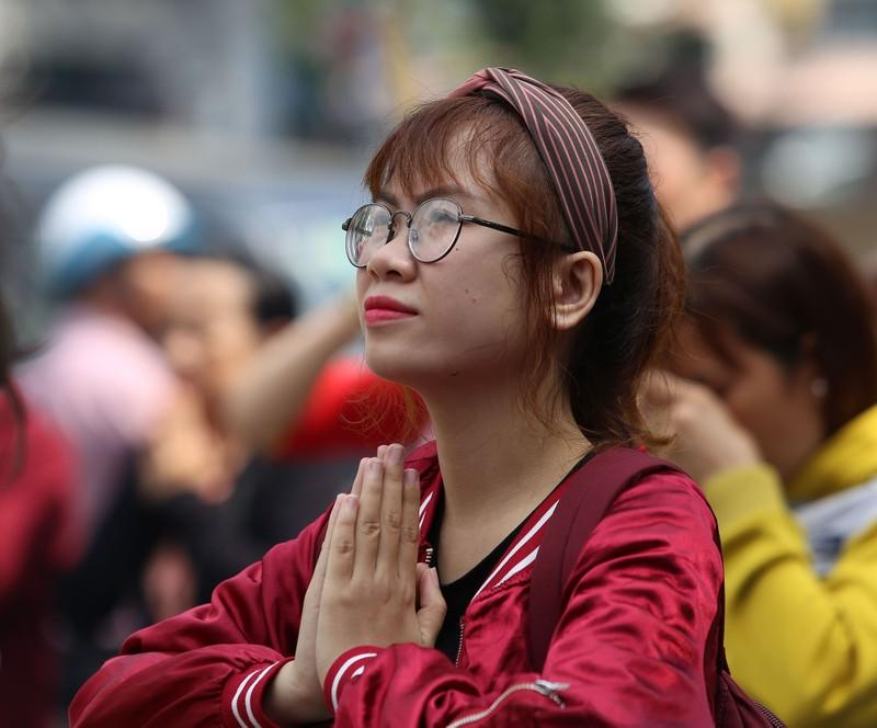 Dân Sài Gòn xếp hàng gõ chuông chùa rằm tháng Giêng - ảnh 4