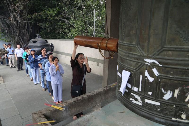 Dân Sài Gòn xếp hàng gõ chuông chùa rằm tháng Giêng - ảnh 5