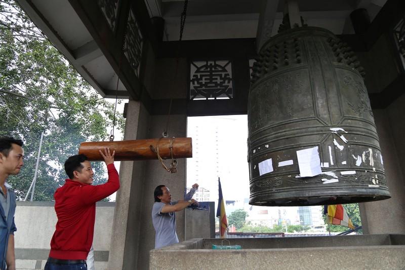 Dân Sài Gòn xếp hàng gõ chuông chùa rằm tháng Giêng - ảnh 7